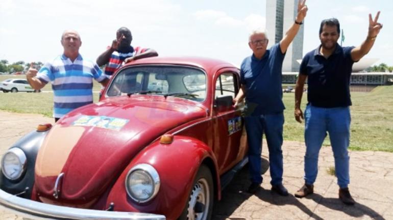 Luiz Antônio, Waltinho, Jorge, Renato, o fusquinha e o Congresso Nacional ao fundo.